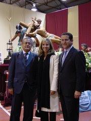 LOS CONCEJALES SILVESTRE SENENT,MARTA TORRADO Y JORGE BELLVER CON LA CRUCIFIXION DEL SEÑOR