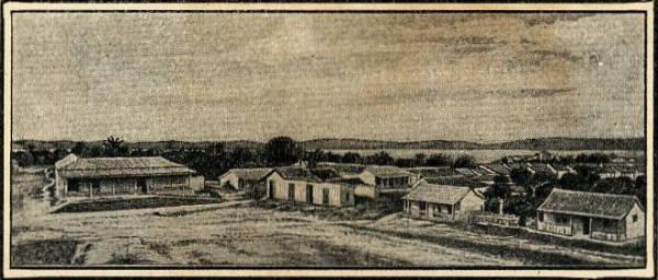 1916 FOTO DE LA CASA DE ARCILLA Y TEJAS FRENTE AL PARQUE DE LA IGLESIA