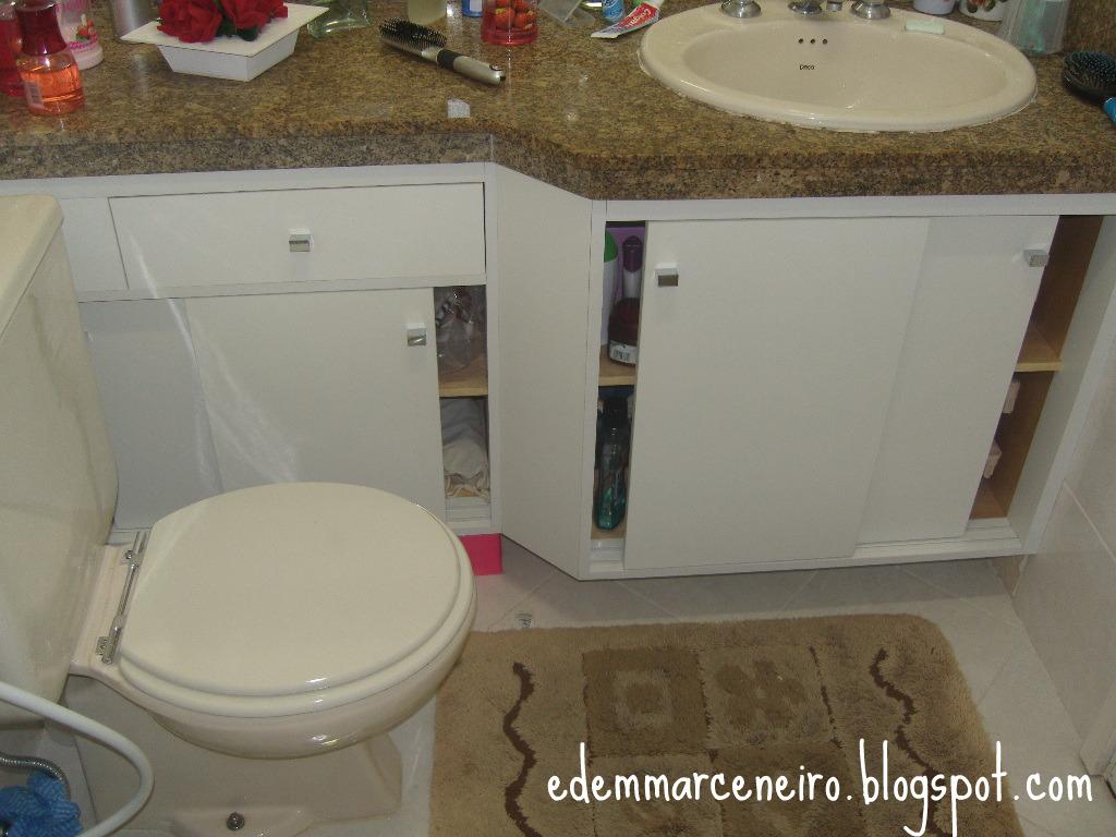 Para que as portas não tomassem o espaço do banheiro optamos em  #2B455F 1024x768 Armario Banheiro Rodinha