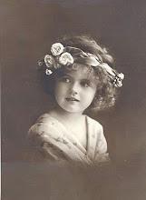 Vintage Postal niña con banda flores