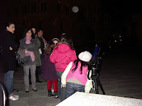 Una bambina mette per la prima volta l'occhio al telescopio