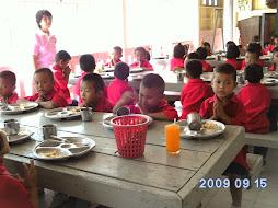 เด็ก ๆทานอาหารกลางวัน