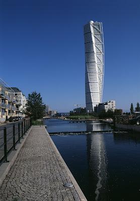 turning torso de santiago calatrava es una torre de metros de altura y plantas situada en malm es el edificio residencial ms alto de suecia y