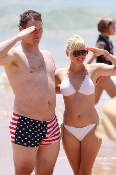 anna-faris-and-chris-pratt-salute_460x69