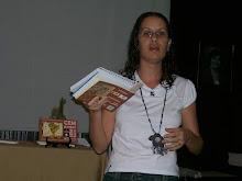 A professora e poetisa Flávia Pena recomenda  a antologia cem poetas sem livros