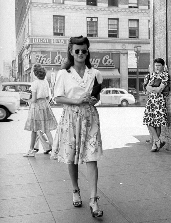 the female celebrities dress in the 1940s and 1950s in america and europe 1950s pants & shorts - interested in a 1950s look, then look at this page first, you might be suprised, lots of pics and info, read on.