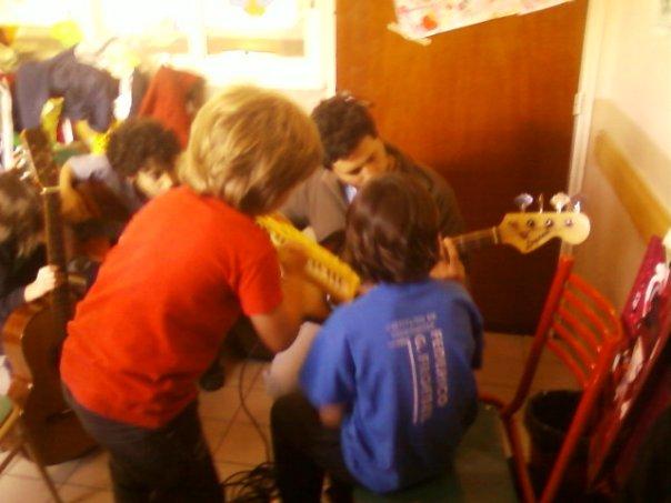 """algunos de los chikos de 6to con su profesor de musica con su banda de """"the nikes""""los chikos de 6to"""
