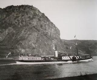 Dampfschiff vor der Loreley