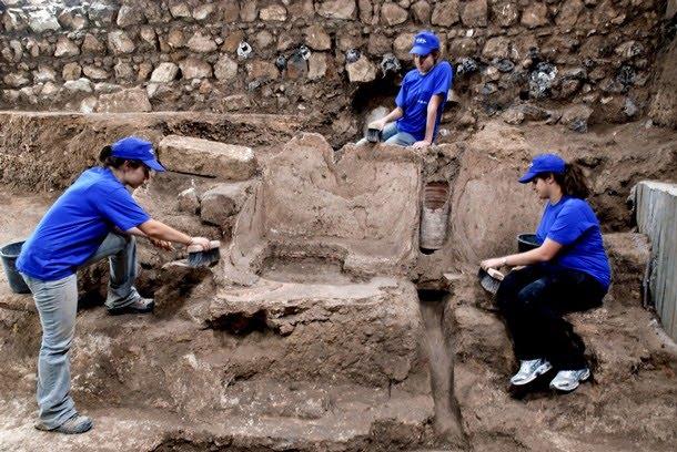 Baños Romanos De La Luisiana:Impresión de la pata de un perro en una teja en las excavaciones