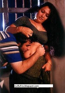 Sareeless mallu actress mariya showing her navel and boobs