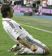 raul celebra el septimo gol del Madrid