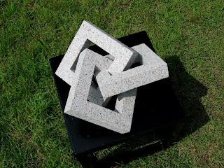 万成石の抽象彫刻 三巴 Triangular Struggle