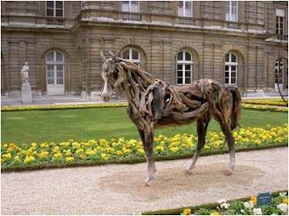Cavalo de madeira no jardim