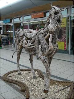 cavalo em exposição no centro