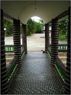 Corredor e chão construido com garrafas de vidro
