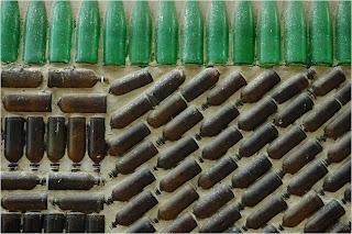 garrafas a servir de tijolos