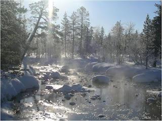 rio gelado na laponia