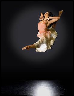 Bailarina em movimento aéreo lindo