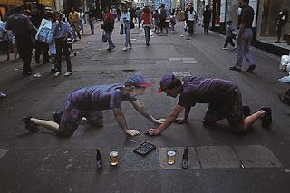 Desenho espelho - Desenhos tridimensionais na calçada - Giz - Julian Beever