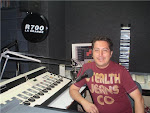Juan Lecca en la Cabina de Radio R700 La Grande Satelital de Lima-Perú