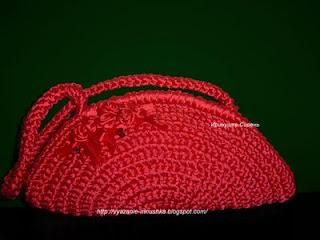 Маленькая вязаная сумочка из атласных лент.  Любимый красный цвет!