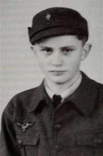 Benedicto XVI con el uniforme de las Juventudes Hitlerianas