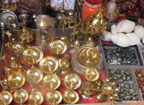 [temple_shop_mumbadevi.jpg]