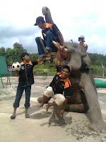 Mahout Melatih Gajah untuk atraksi