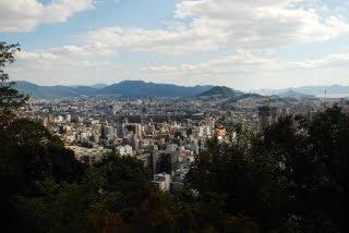 二葉山の山頂から広島の街を眺める
