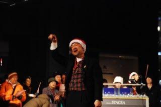 手話でメッセージを伝える沖田さんの写真