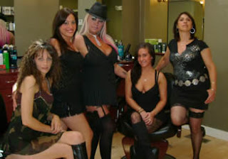 Taglio di capelli con ragazze in biancheria intima sexy