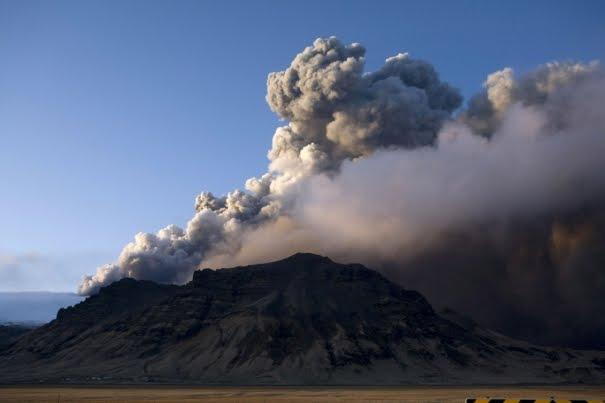 469129_smoke-billows-from-a-volcano-in-eyjafjallajokull