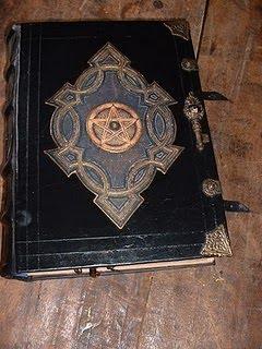 A Magia da Abelhuda: O Livro das sombras