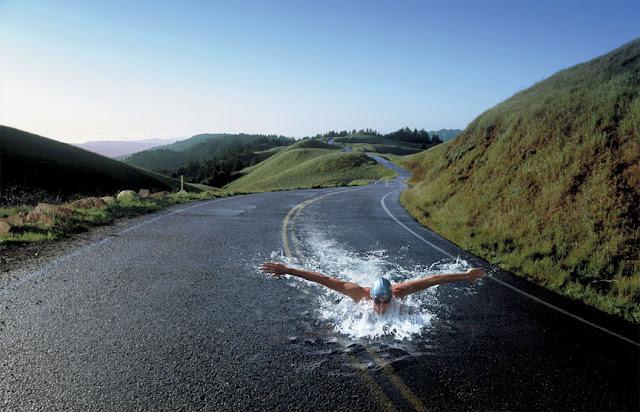 hombre nadando en la calle
