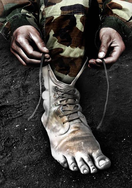 soldado con un pie bota