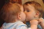 Laura besando a Laura