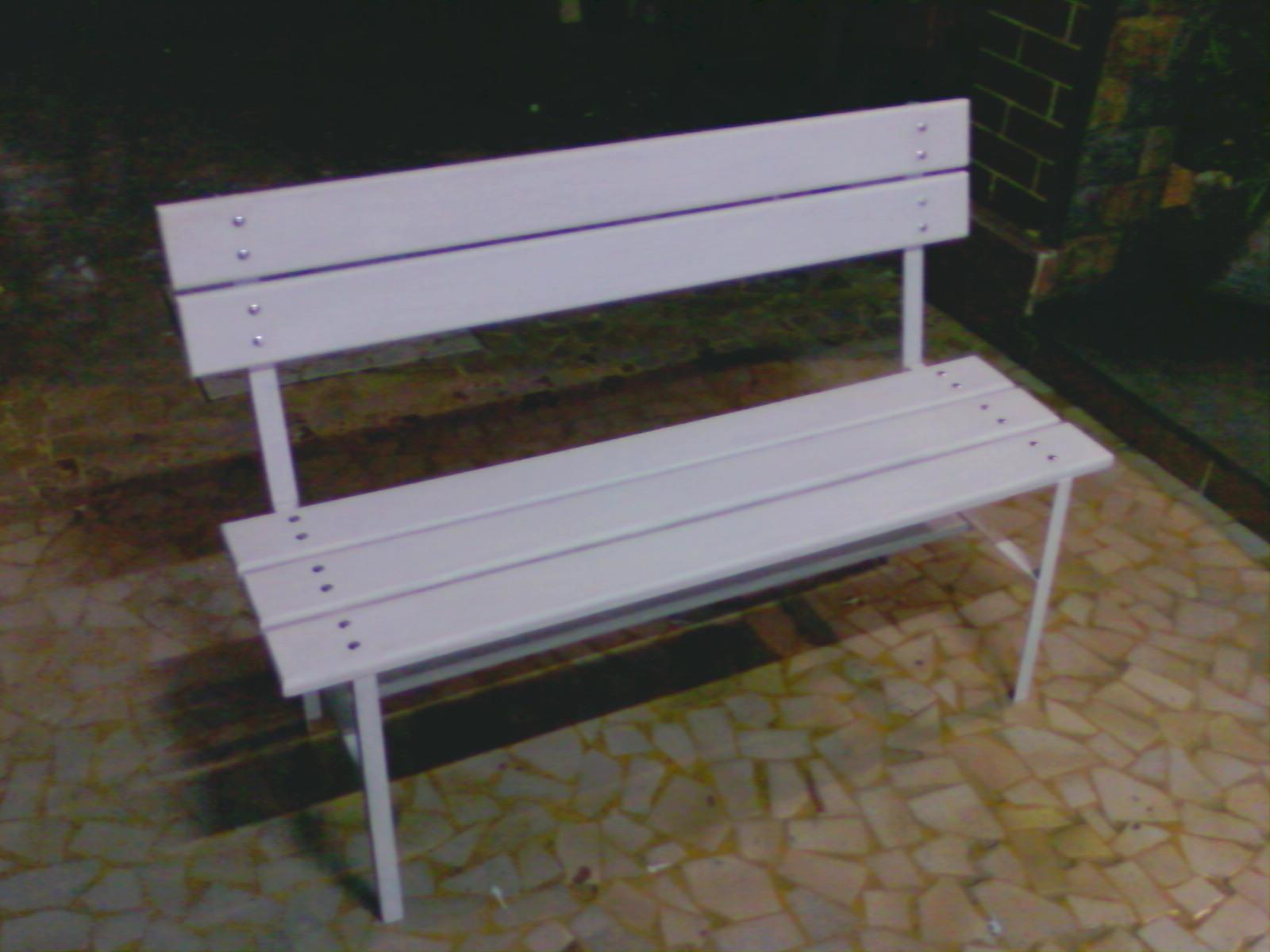 banco de madeira para jardim branco:Banco de jardim em madeira e aço na cor branca com 117cm de largura.