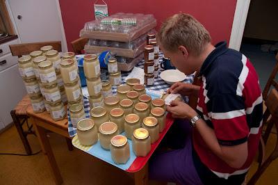 Filip etiketterar honungsburkar