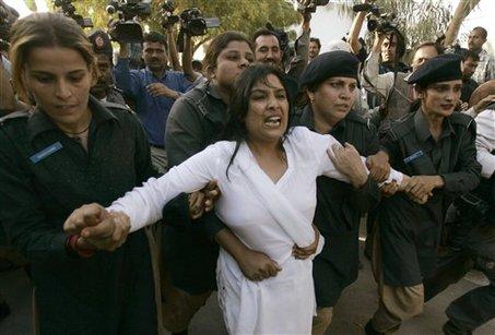 http://1.bp.blogspot.com/_N0qfjpJBHrI/TE9GRUQ9EGI/AAAAAAAAAfA/rReI-__bDX8/s1600/large_Pakistan-woman-seized-Mar12-09.jpg