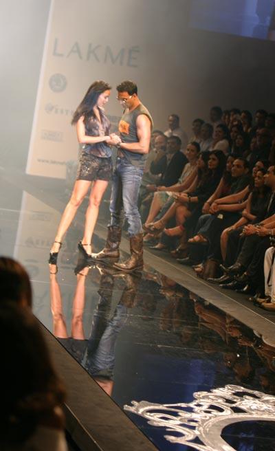 Akshay Kumar Levis Tarun Tahiliani fashion show