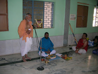 Shri Desai introducing the Shri Sukeshachar Jalihal to the audience