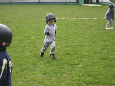 [smiley+Vaughn,++1st+t+ball+game+of+life.jpg]