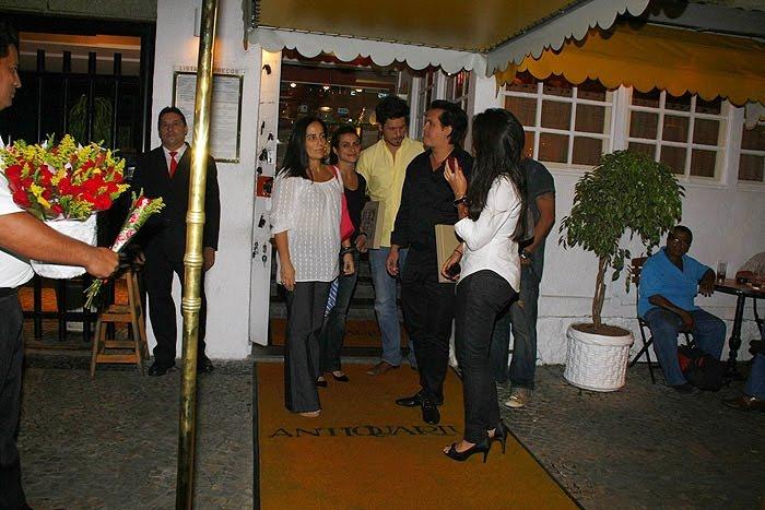 Gloria Pires conversa com o marido, Orlando, e as filhas - Ag.APhotos: memorialgloriapires.blogspot.com/2010/11/o-jantar-da-familia-pires...