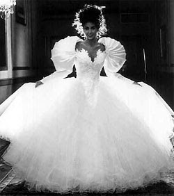 http://1.bp.blogspot.com/_ND7jfcOt5nQ/SOKAkwR5j6I/AAAAAAAAAOo/bqDLBHFmXPA/s320/2005_02_ugly_wedding_dress.jpg