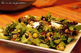 Ensalada de queso de cabra, nueces y reducción de balsámico de Módena