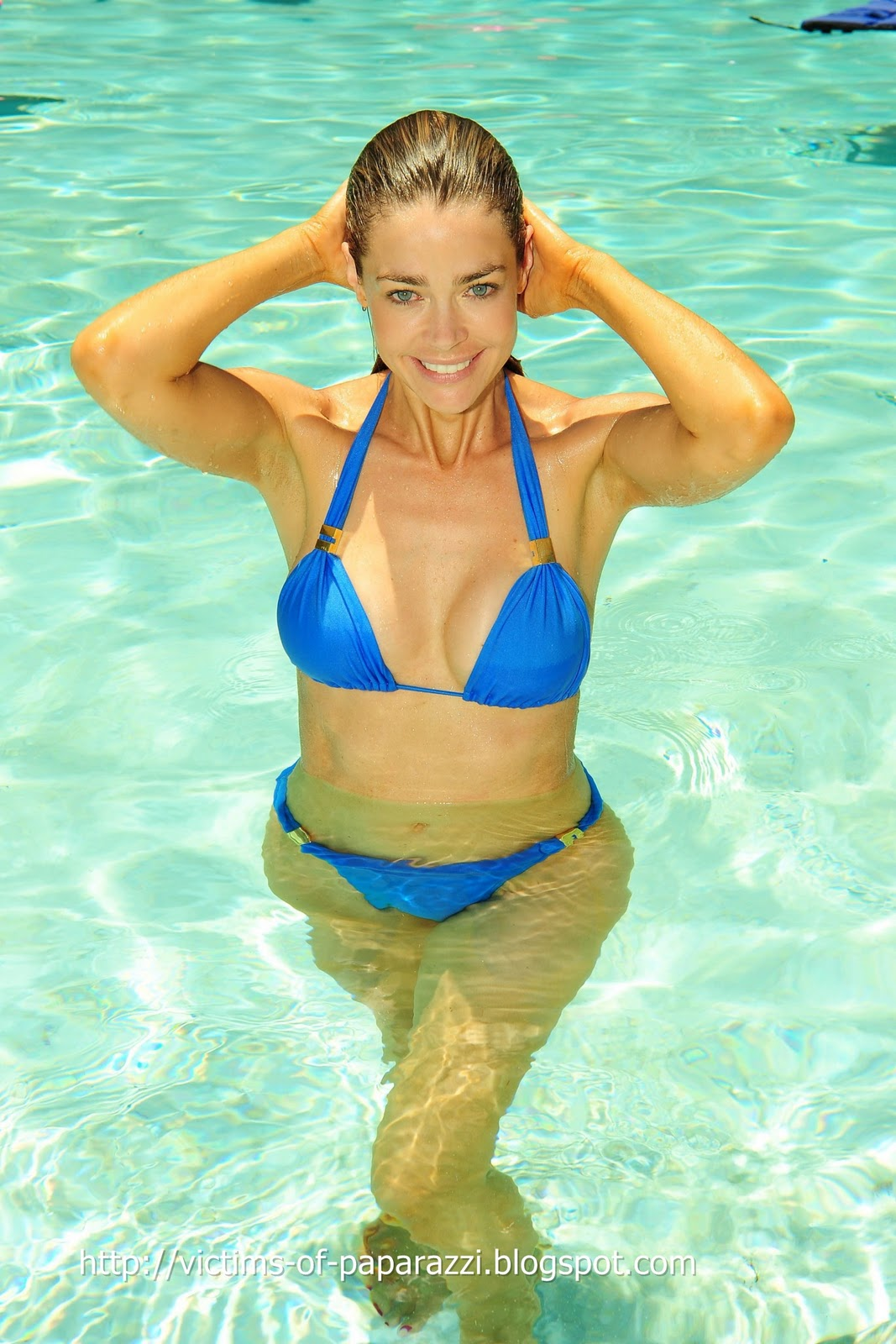 http://1.bp.blogspot.com/_NFcDSk31Yq8/TM_cn5R8f1I/AAAAAAAAAV0/1Ks8UjBZKAo/s1600/Denise+Richards+blue+bikini+1.jpg