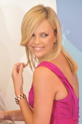 http://1.bp.blogspot.com/_NO2UOMMYKZ0/S1QL2L1ec_I/AAAAAAAAJKQ/-fVKKWolh8U/s400/Charlize+Theron+Hair+Blonde+Hair.jpg