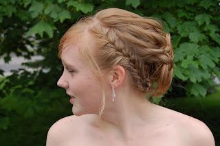 http://1.bp.blogspot.com/_NO2UOMMYKZ0/SWHGXn4j6DI/AAAAAAAAD2A/ZGRsKW_vjBU/s400/short+prom+hair.jpg