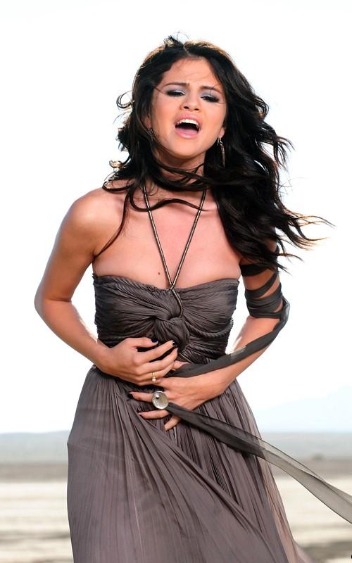Selena Gomez mostró sus nuevas curvas en la  - Telemundo