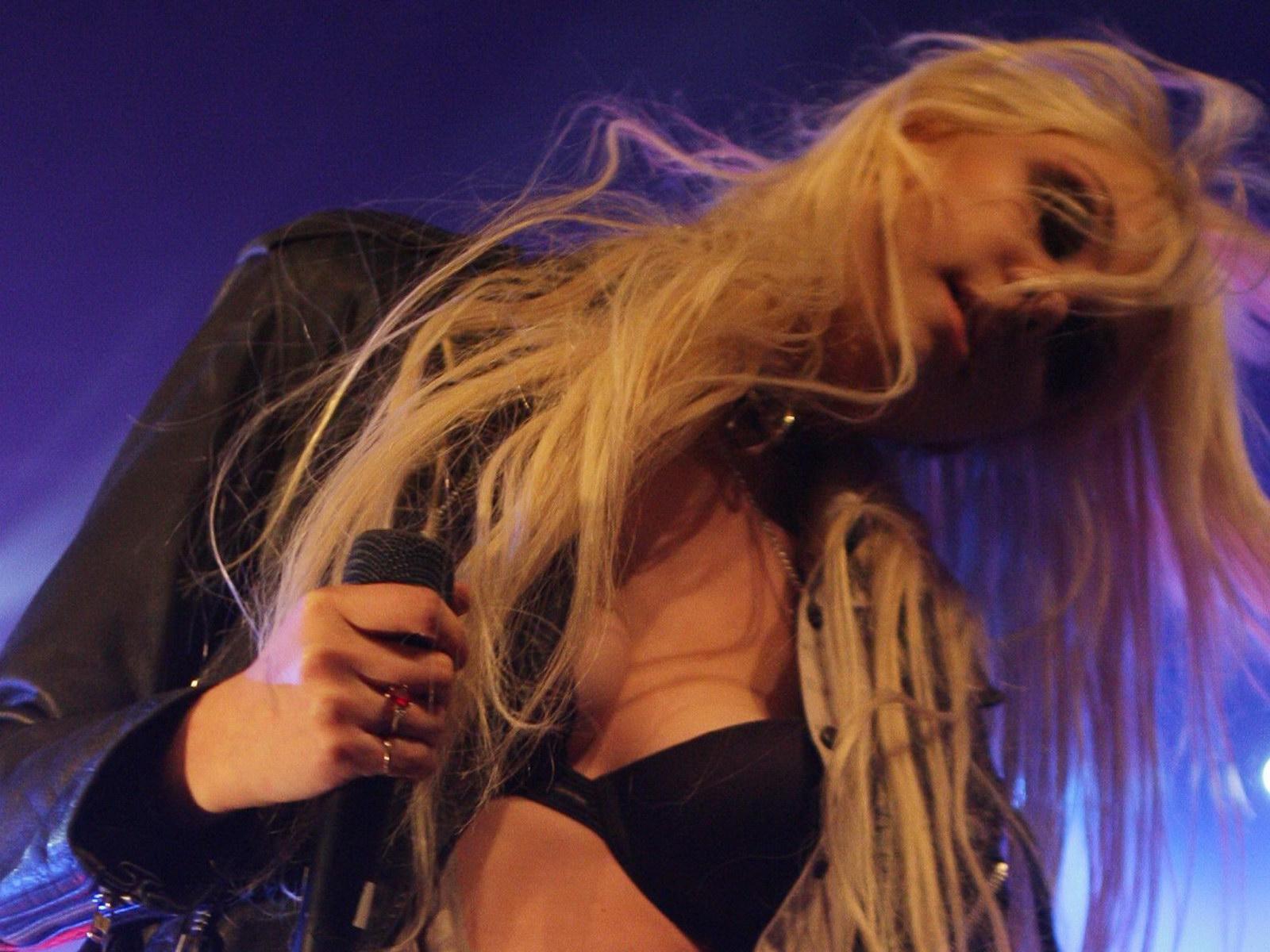 http://1.bp.blogspot.com/_NRGPIrDtEg8/TQsvq8IbQvI/AAAAAAAAAbA/Ir7KY50jVsU/s1600/Taylor_Momsen_cleavage_1.jpg